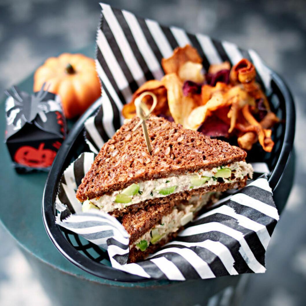 Tonfisksandwich med rotfruktschips.