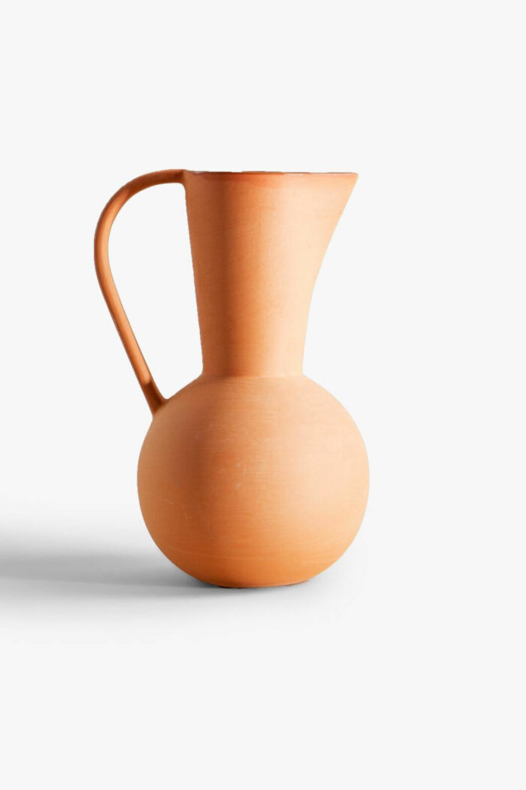 Lekfull keramikvas i en neutral men pigg nyans från Zara Home.