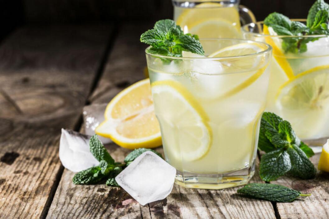 Spetsad lemonad med vodka och smaksatt med mynta.