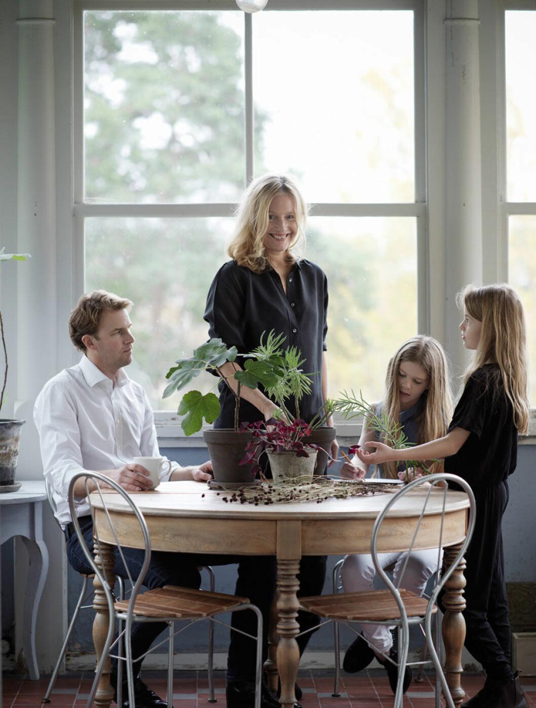 Anna Lenskog och Petter Belfrage med familj