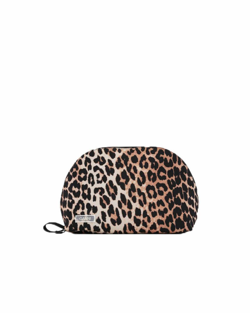 Leopardmönstrad necessär från Ganni.