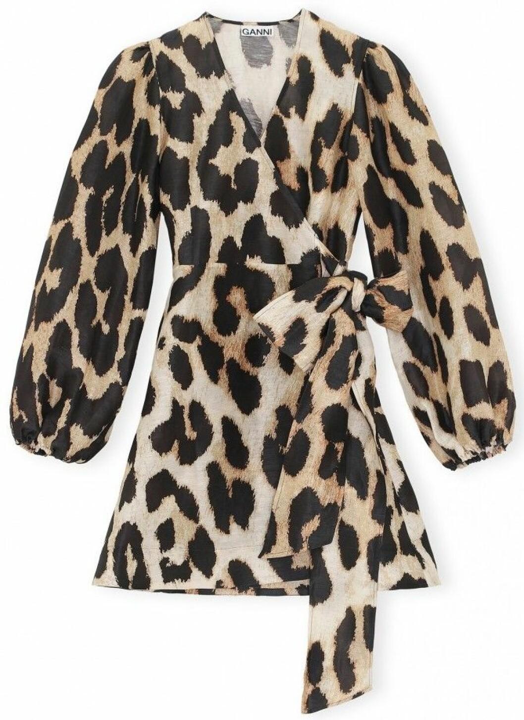 Leopardmönstrad klänning från Ganni i en materialmix av linne och siden.