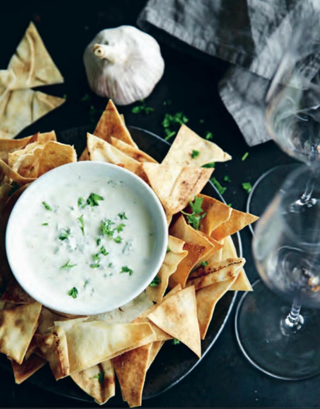 Recept på libachips med vitlök- och persiljedipp