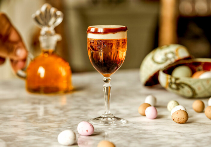 Shot serverad i ett glas med fot, på bordet ligger även godis och påskägg