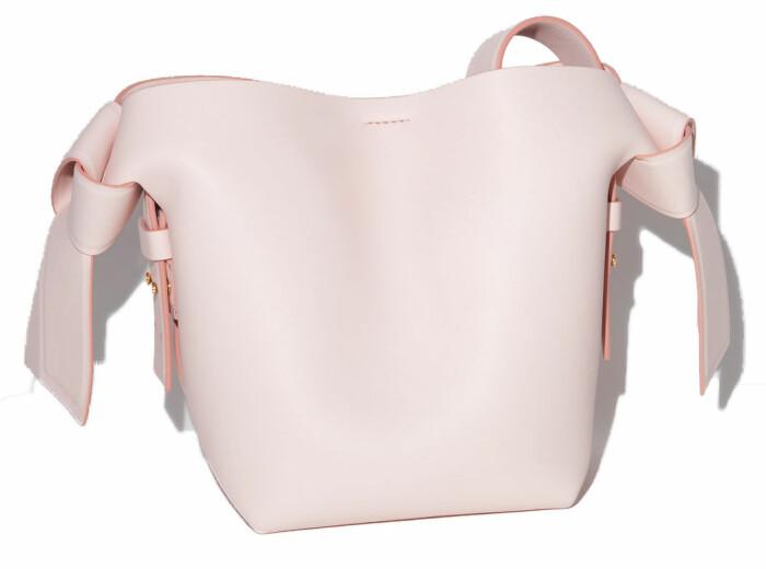 Lilla klassiska väskan Musubi från Acne Studios i rosa.