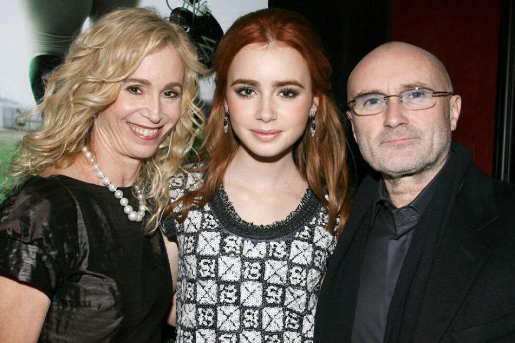 Lily Collins med sina föräldrar 2009.