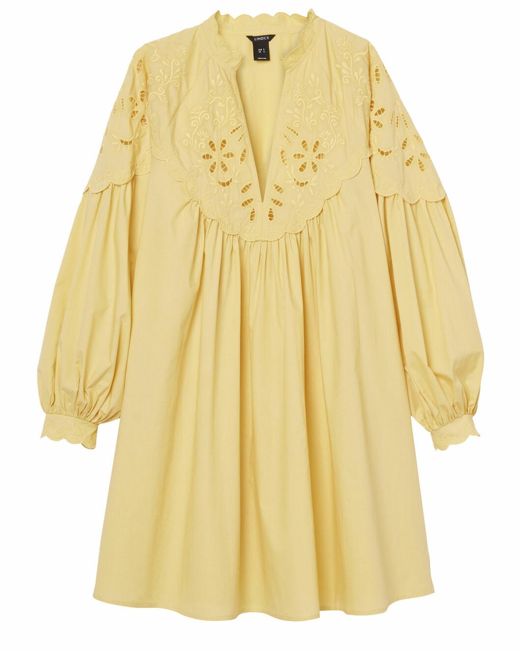 Voluminös klänning i kort modell med ballongärmar och vackra hålbroderier från Lindex.