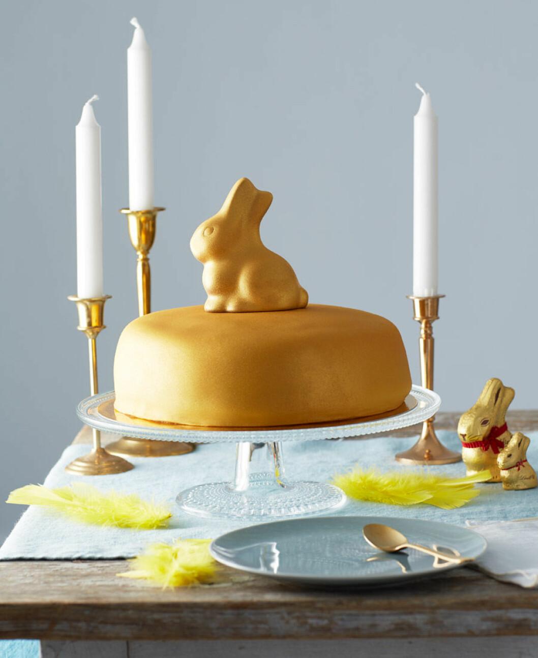 Glammiga tårta i glittrande guld.