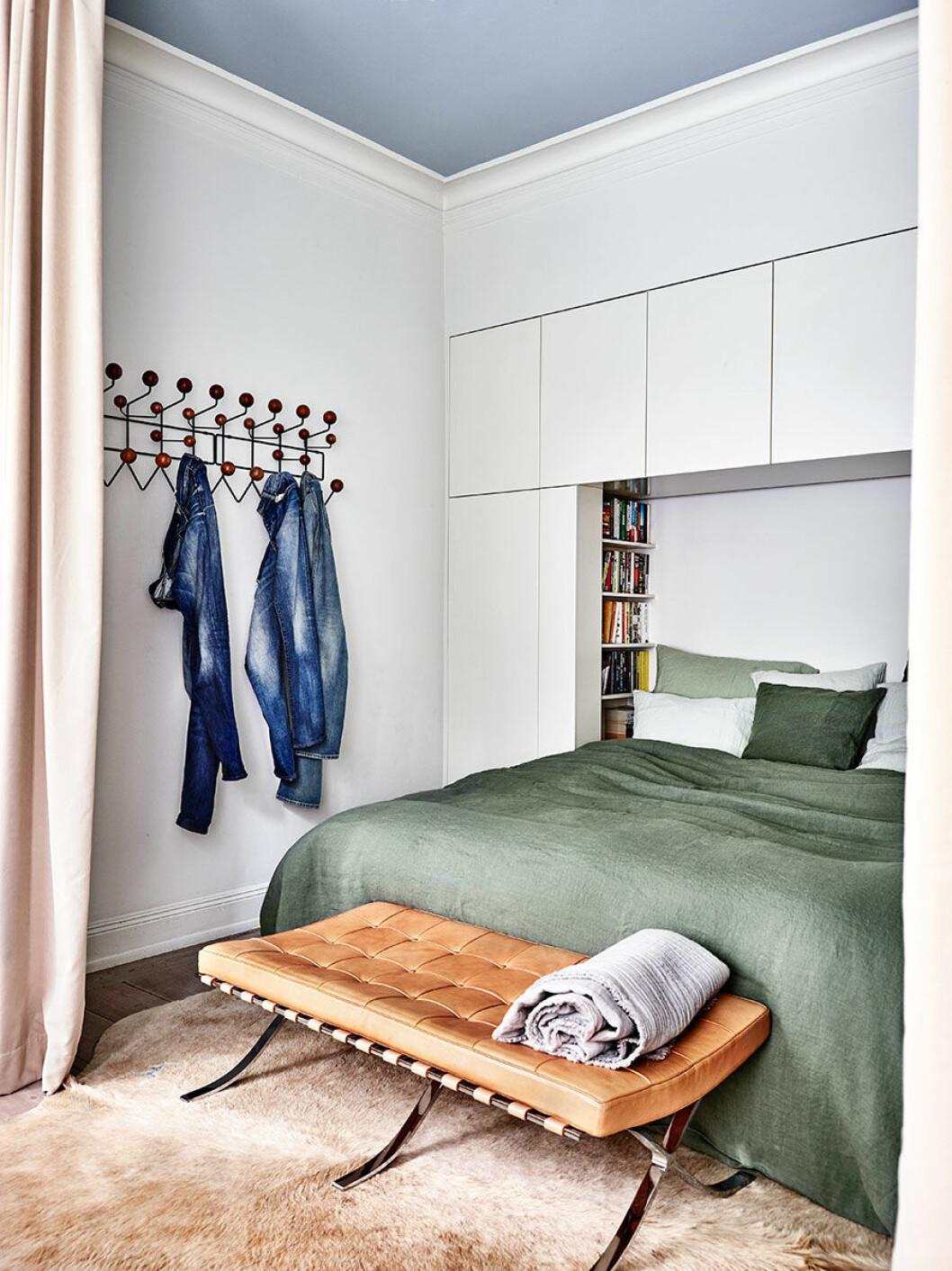 De platsbyggda garderoberna i sovrummet har urtag för bokhyllor vid sängen.