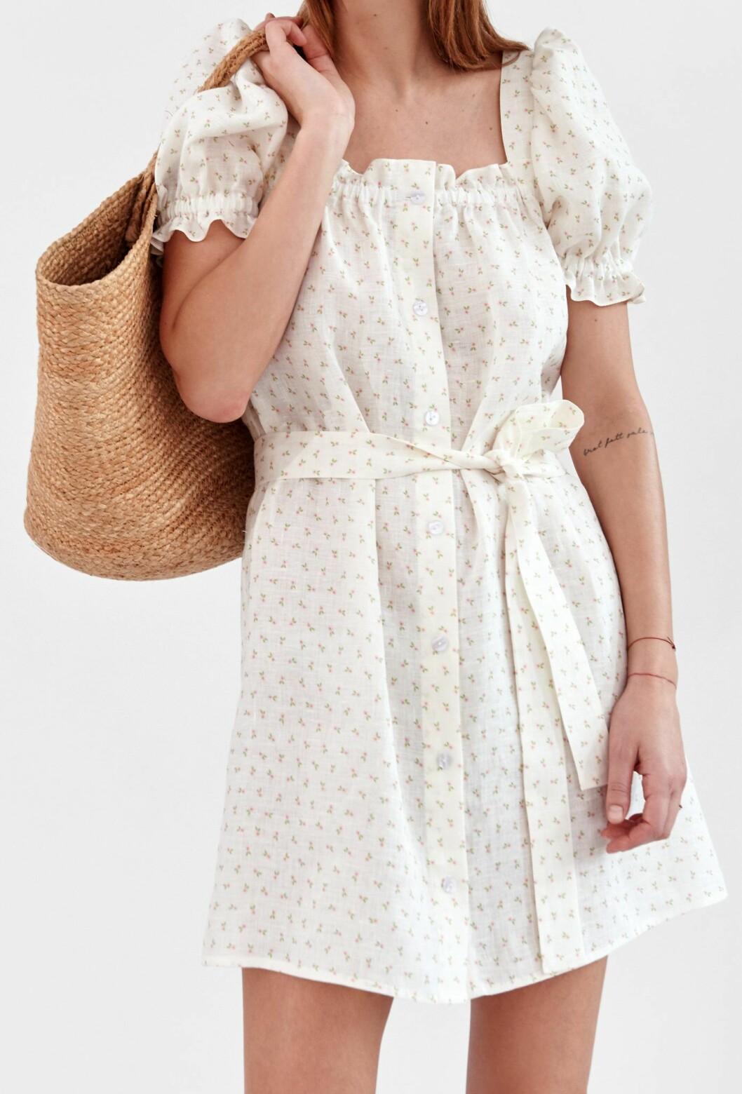 Sockersöt blommig klänning från Sleeper i 100% linne