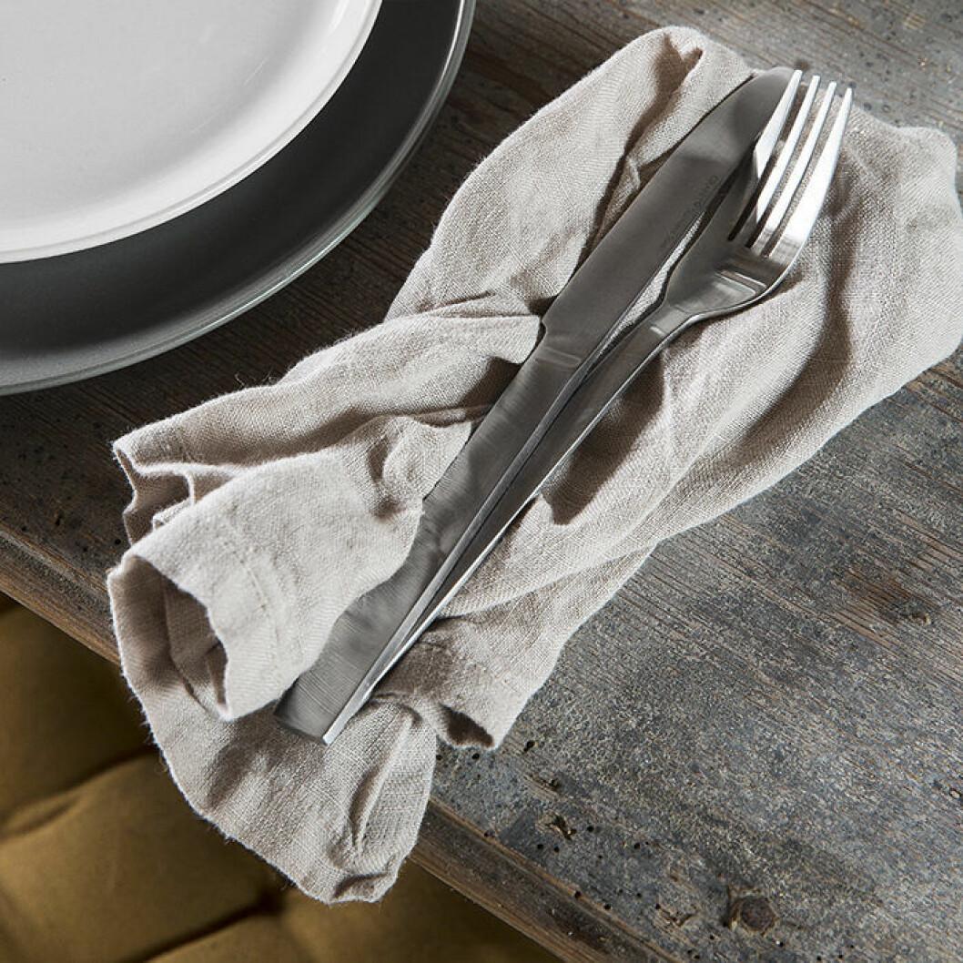 Detaljer i linne i köket ger en somrig känsla