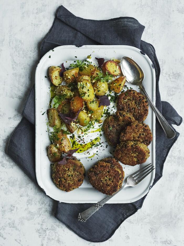 Gör linsbiffar med stekt potatis och yoghurtdipp
