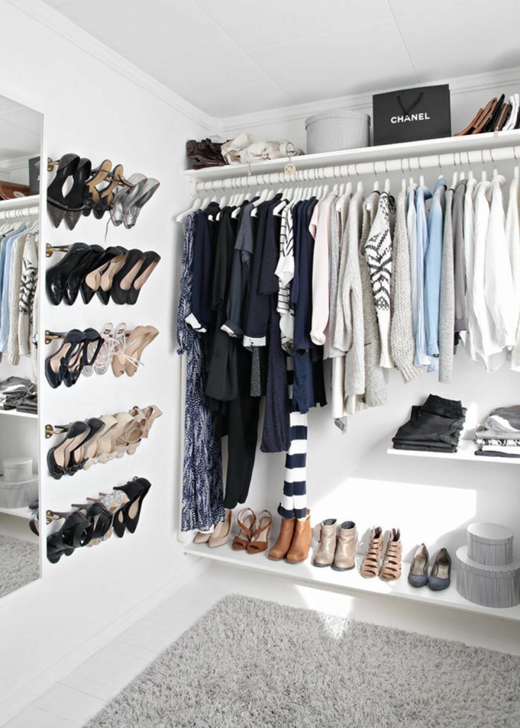 Öppen garderob, walk in closet med skor på väggfästen