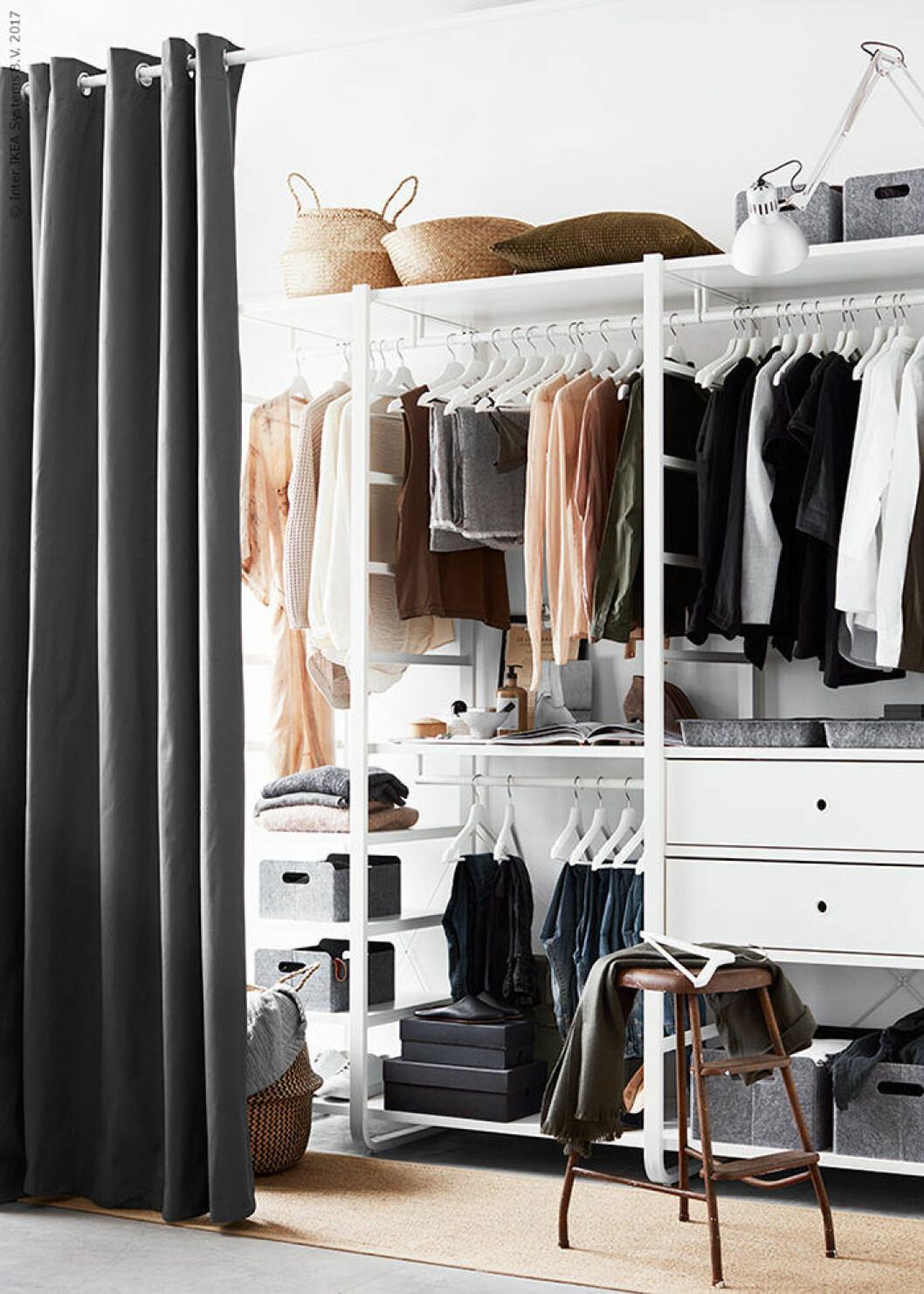 Garderob med drapperi