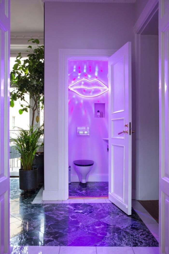 Liten toalett med disco-belysning