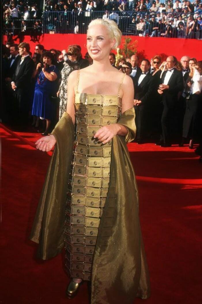 Iförd klänning av guldkort