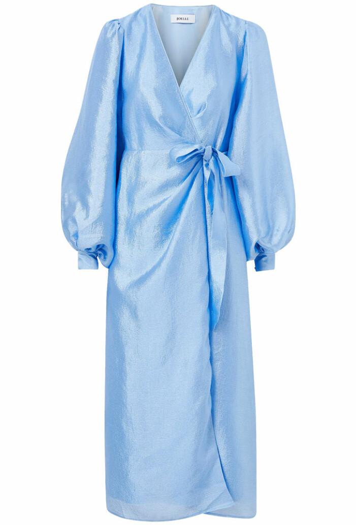 Ljusblå blank omlottklänning med knytning från Joelle