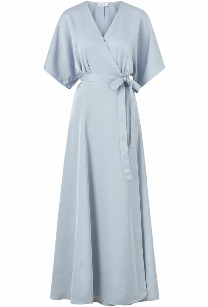 ljusblå lång omlottklänning i satin