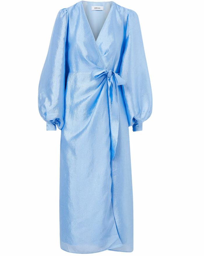 ljusblå omlottklänning