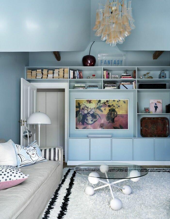 Ljusblått vardagsrum hemma hos Amelia Widell