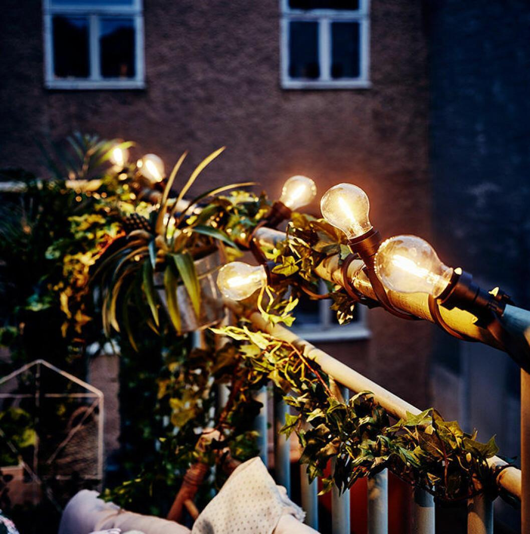 balkong med ljusslinga