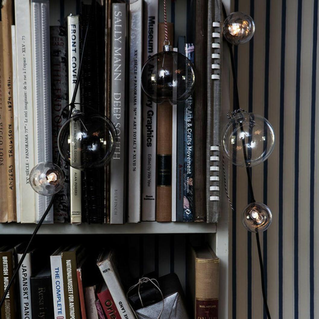ljusslinga i bokhylla