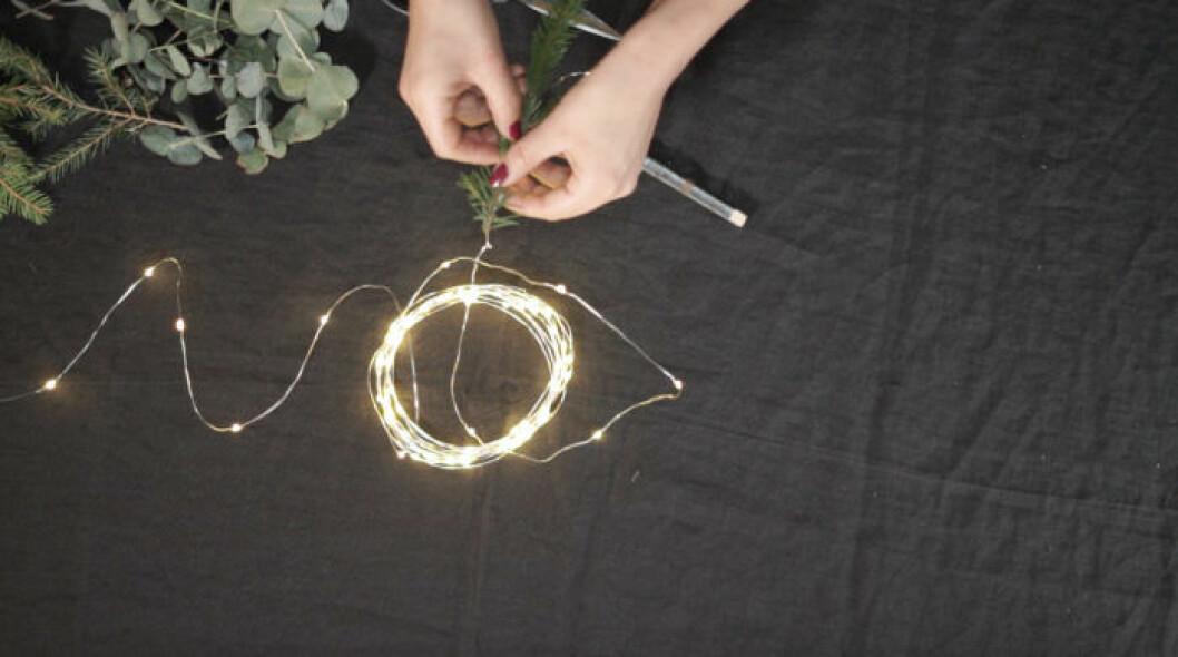 Smal ljusslinga med granris