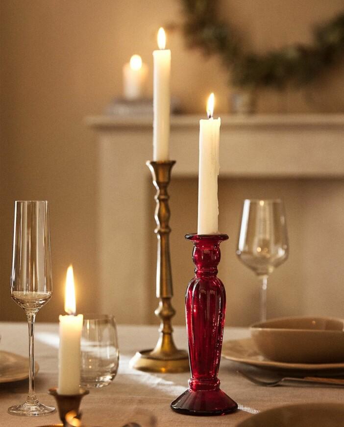 ljusstakar och ljus på julbordet