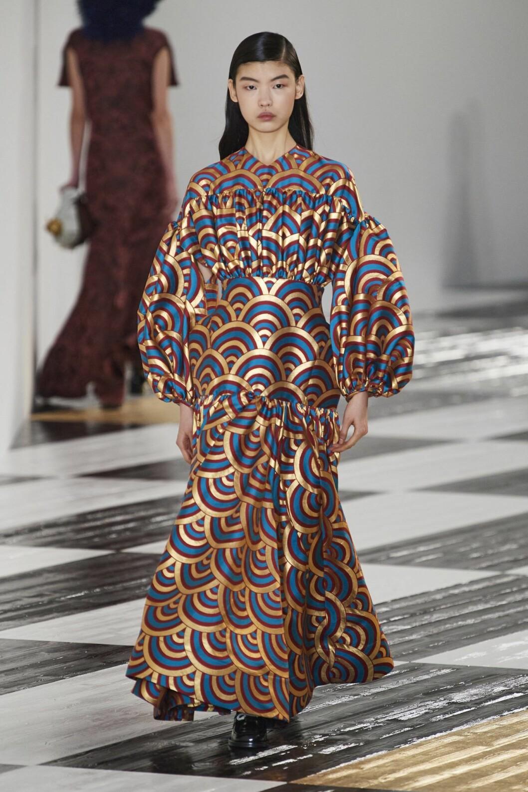 klänning med volym i ärmarna