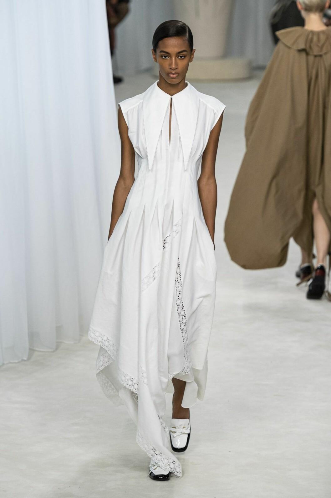 Lång vit klänning från Loewe