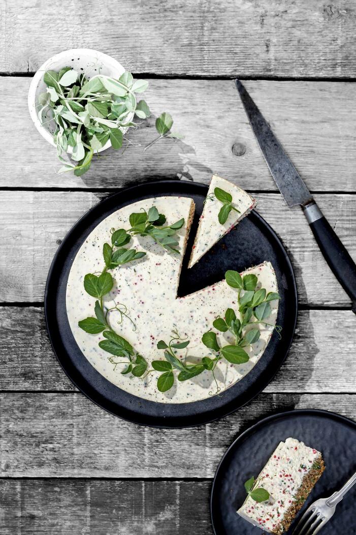 Recept på löjromscheesecake med färska ärtskott