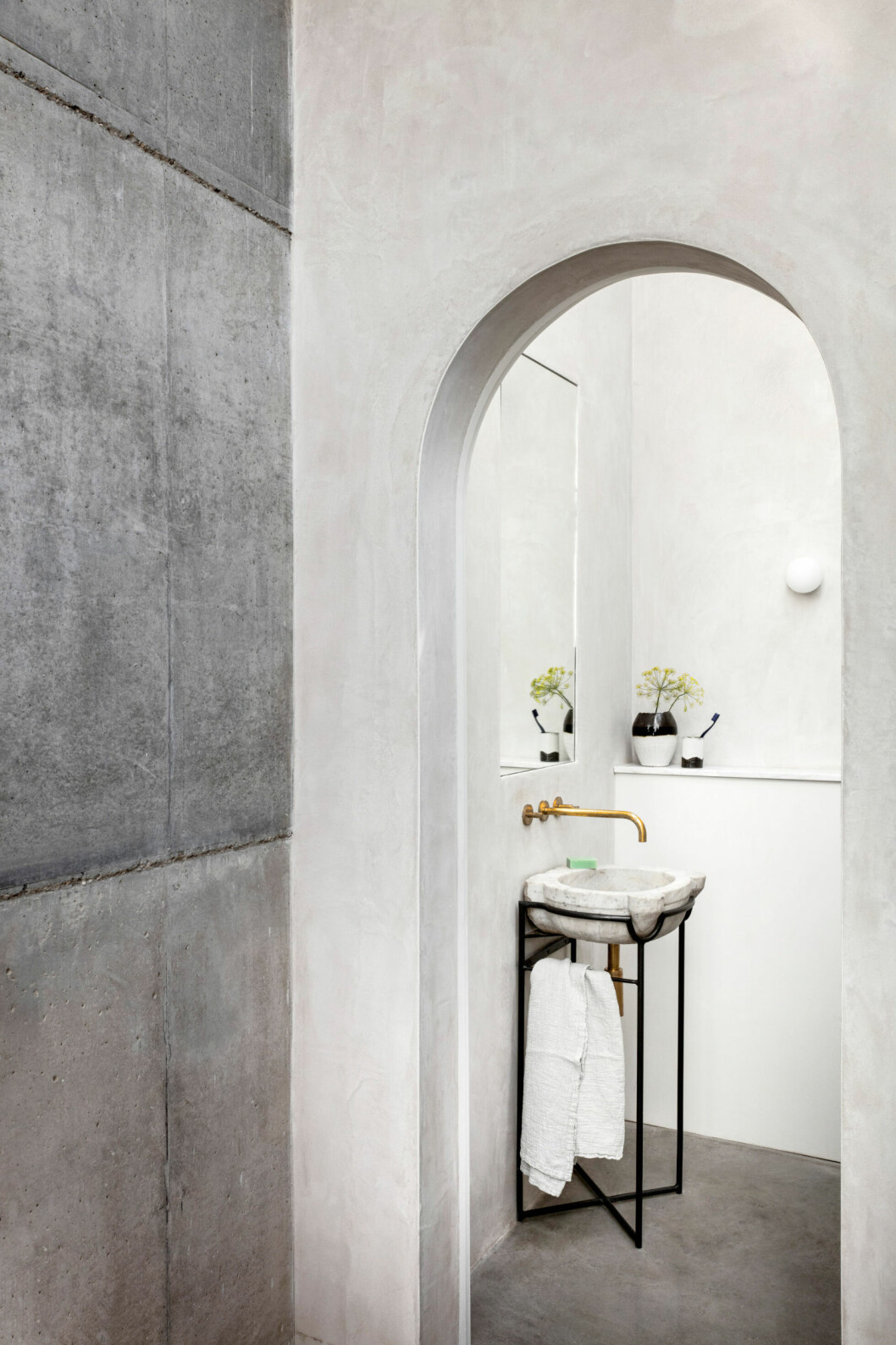 Stilrent badrum i gråa toner i London