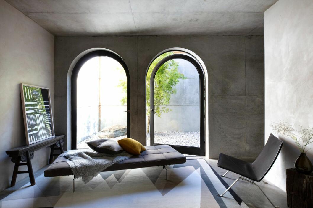 Dagbädd placerad vid stora fönster för behagligt ljusinsläpp