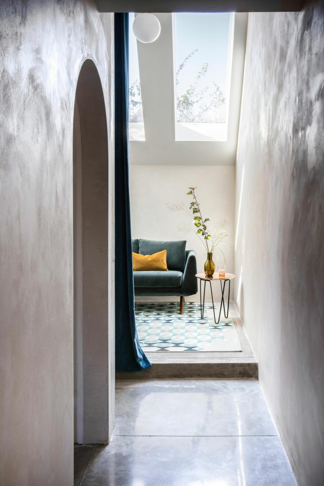 Fåtölj, mönstrad matta och vackert stilleben i hemmet i London