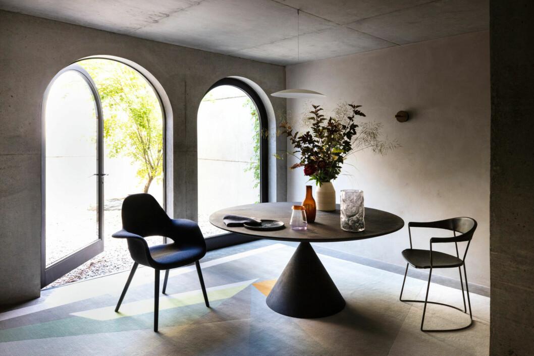 Matplatsen går även den i en stilsäker anda, med inredningsdetaljer i tydliga, geometriska former