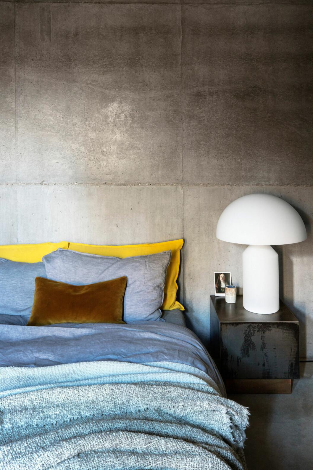 Sovrummet går även det i gråa toner med bäddtextil i färgglada kulörer