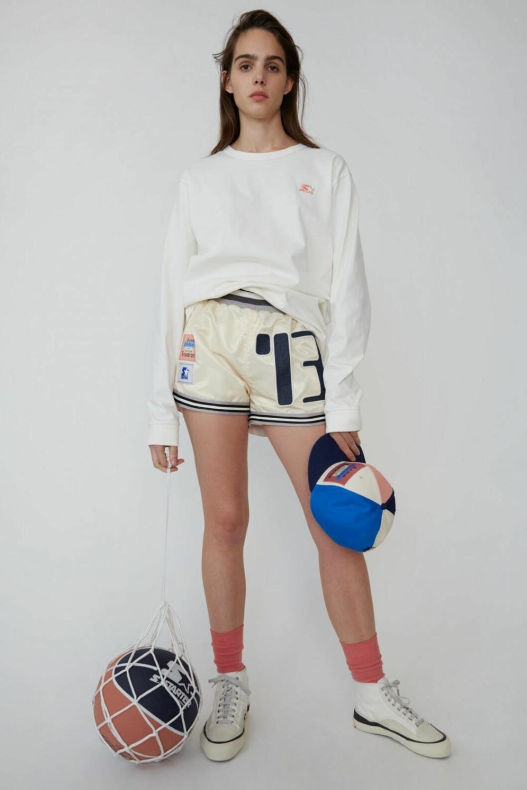 Vit tröja och sportshorts från Acne Studios x Starter.