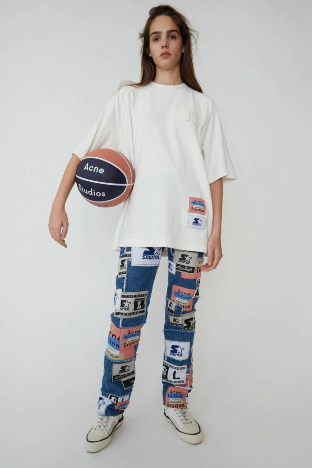 T-shirt med tryck och jeans med stora loggor från Acne Studios x Starter.