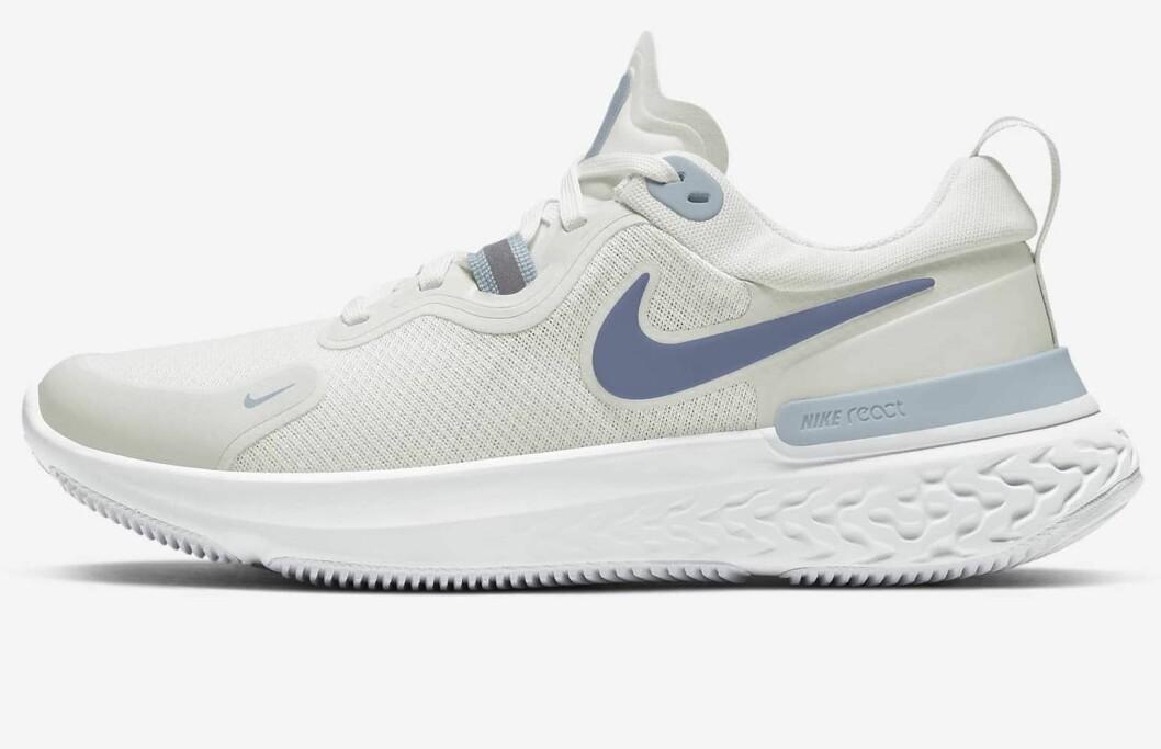 Löparskor i beige, blått och grått från Nike.