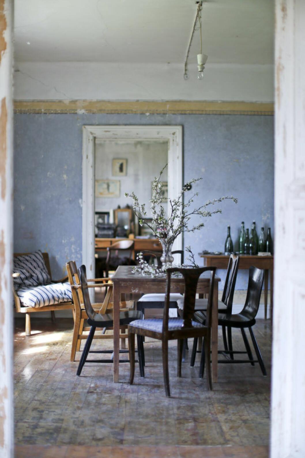 Här är ett foto av Ida Magntorn från en matsal från hennes senaste bok Ett hem med omtanke, Roos & Tegnér.