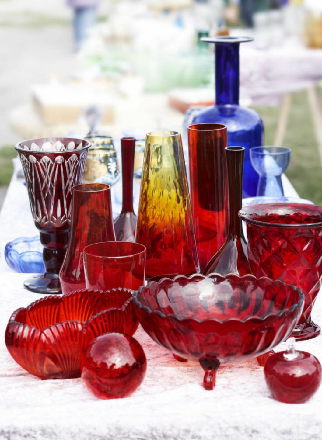 Vackra glasvaser och skålar i rött. blått och gult