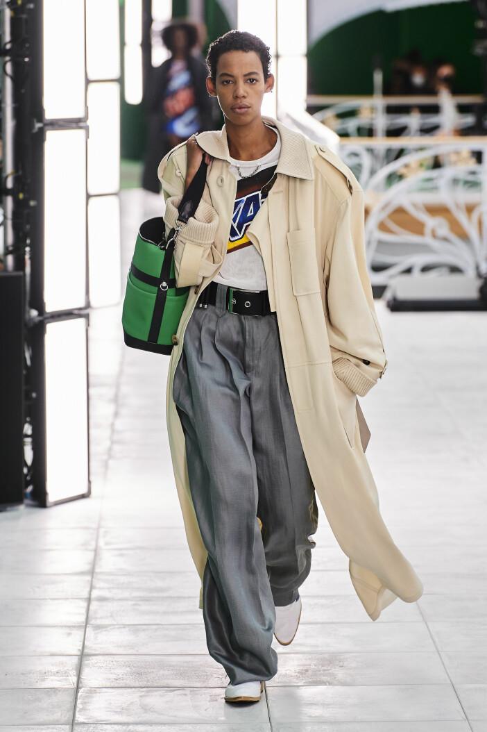 Louis Vuittons vida byxor är en trend i vårmodet 2021