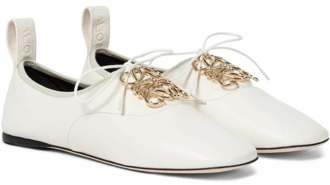 Vita skor från Loewe med dekorativ gulddetalj och söt snörning.