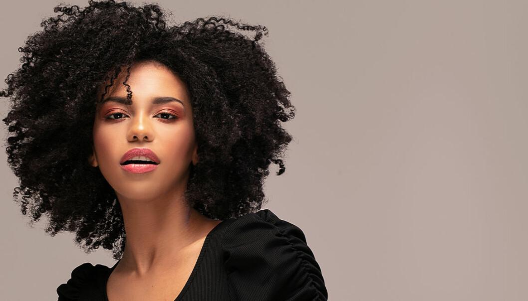 kvinna med afrohår