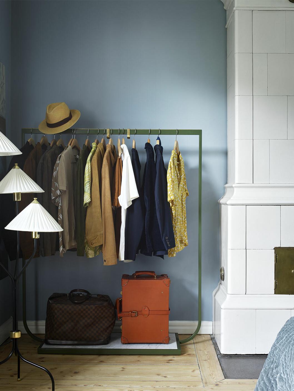 Snygg klädförvaring i sovrummet med klädhäst med hotellkänsla