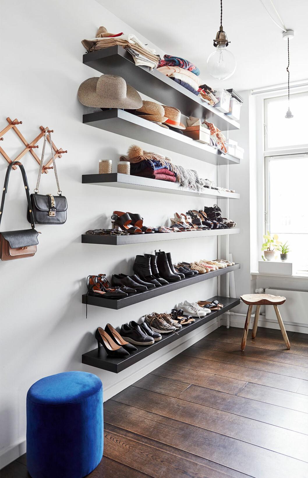 Öppen förvaring med skor och accessoarer