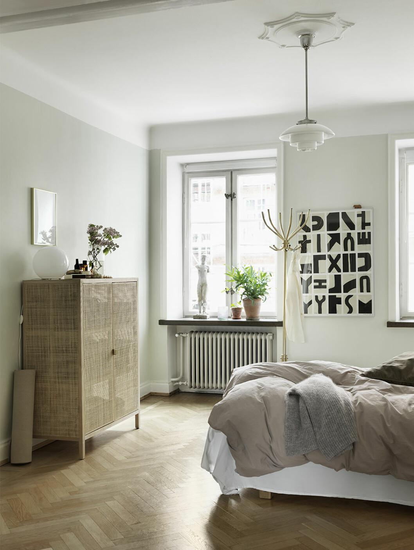 Sovrum med snyggt sidoskåp som garderob