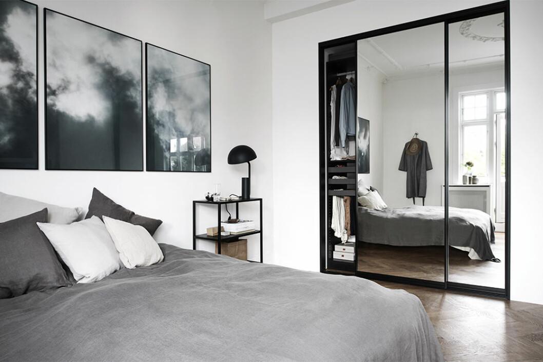 Snygg garderob med spegeldörrar i sovrum