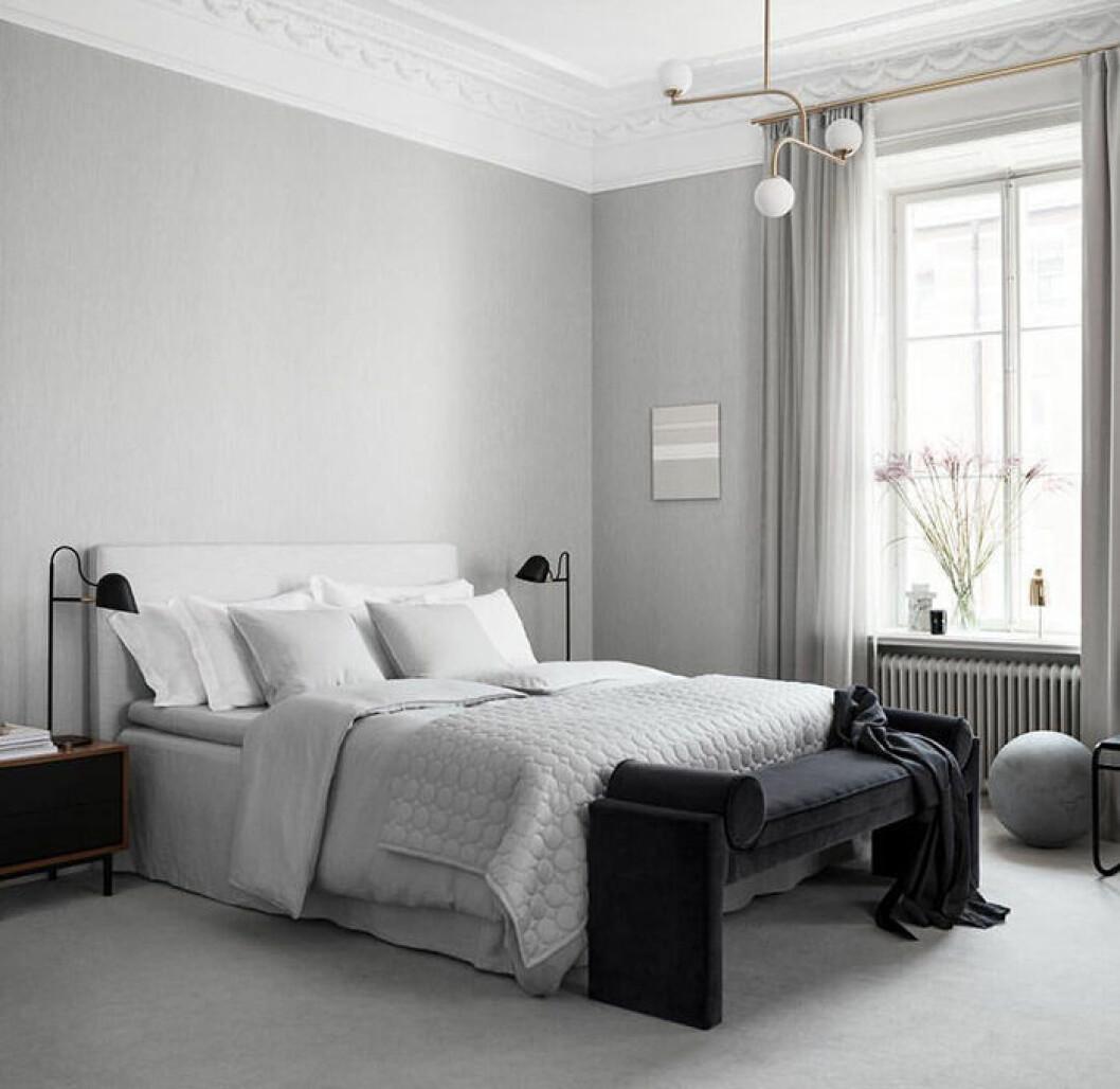Symmetriskt sovrum i hotellstil
