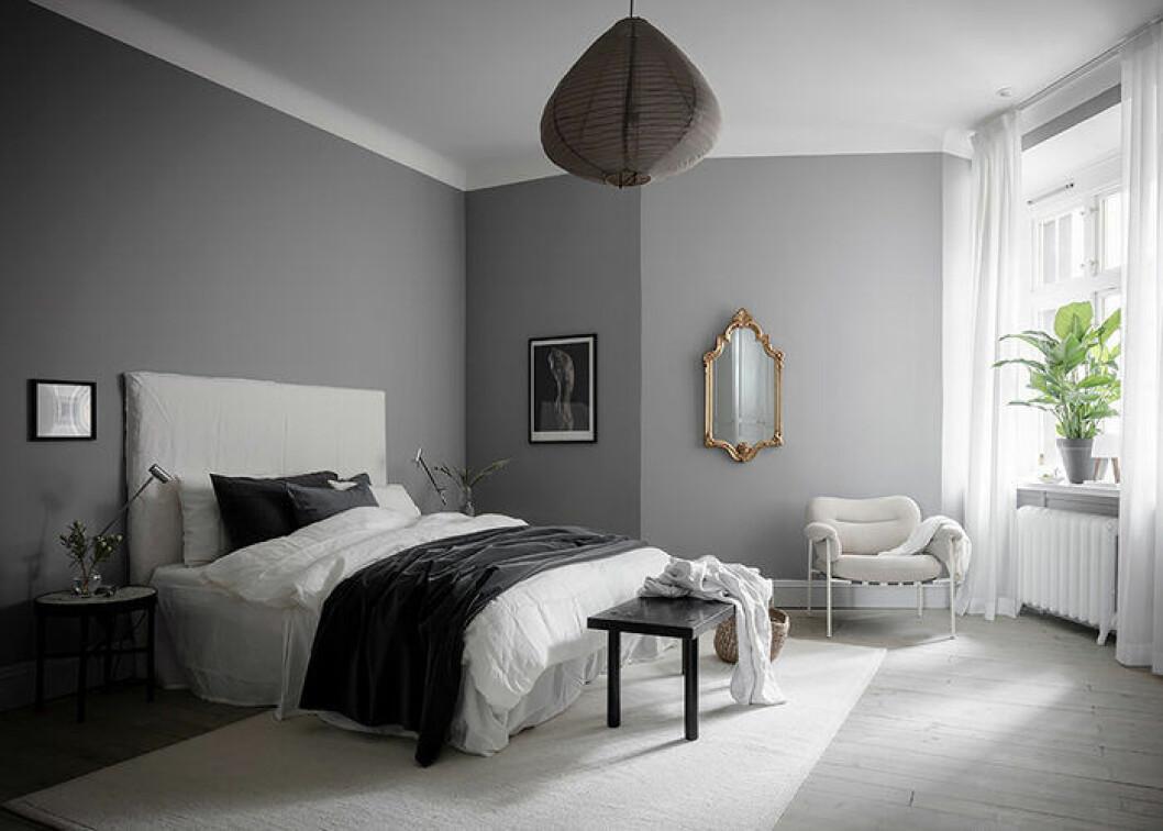 Lyxigt sovrum med många olika material – sammet, linne och mässing